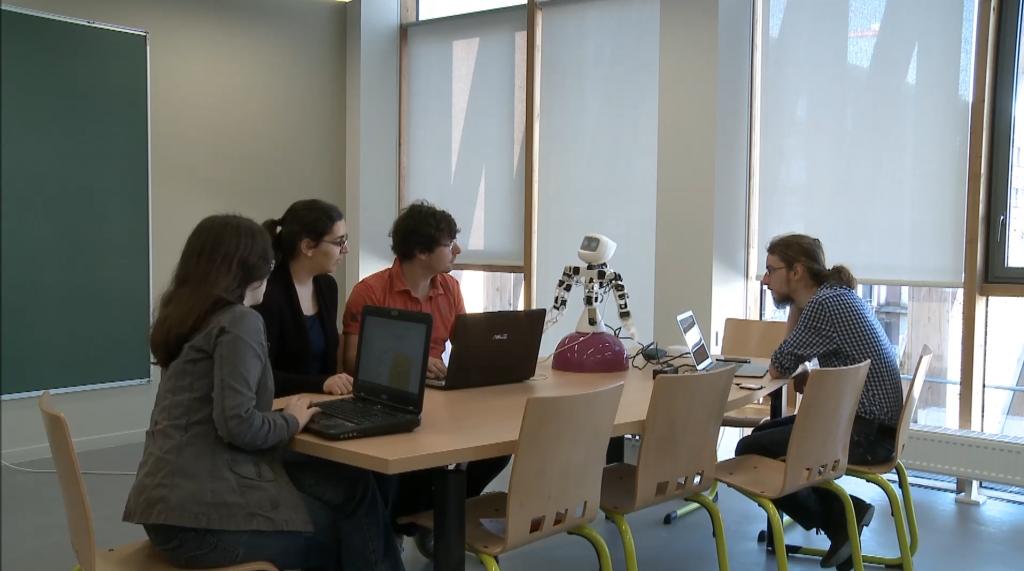 Les 4 étudiants et leur robot - Crédit Laura Khoudeir